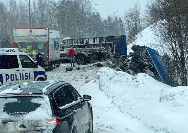 Rekan veto-osa suistui onnettomuudessa alas kevyen liikenteen tunnelin ylittävältä sillalta Hämeenlinnanväylällä. Loppuosa ajoneuvosta jäi tielle kyljelleen.