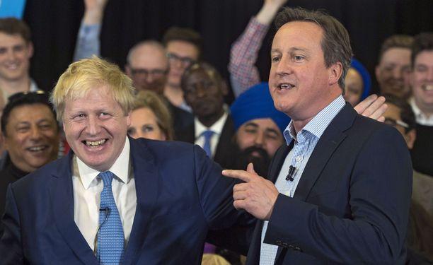 Britannian nykyinen pääministeri Boris Johnson ja David Cameron arkistokuvassa toukokuussa 2016. Johnson toimi tuolloin Lontoon pormestarina.