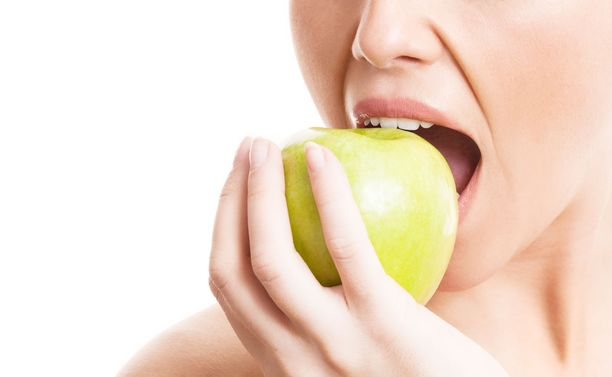 Tutkimus antaa viitteitä siitä, että kolesteroliongelmainen todennäköisesti hyötyy päivittäisestä omenoiden syömisestä.