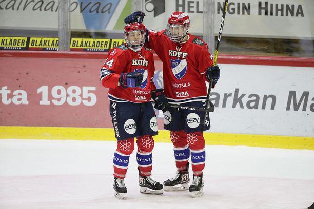 HIFK:n Miro Väänänen (vas.) sai onnittelut 1-0-maalistaan Tobias Winbergiltä.