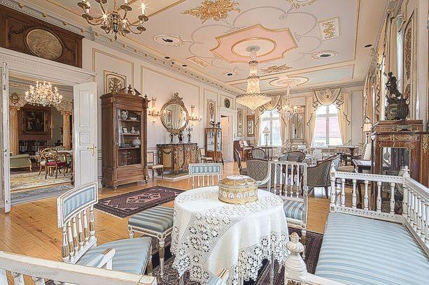 Villa Royalissa on asuintilaa noin 390 neliötä ja huoneita löytyy kymmenen.