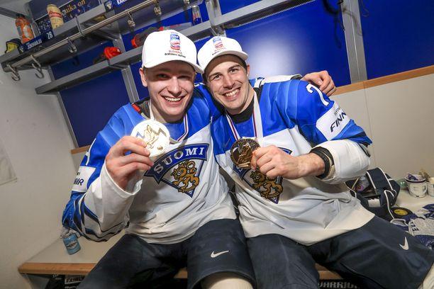 Leijonien kuopus Kaapo Kakko, 18 ja vanhin pelaaja Kristian Kuusela, 36, löysivät toisensa kultajuhlissa pukuhuoneessa.