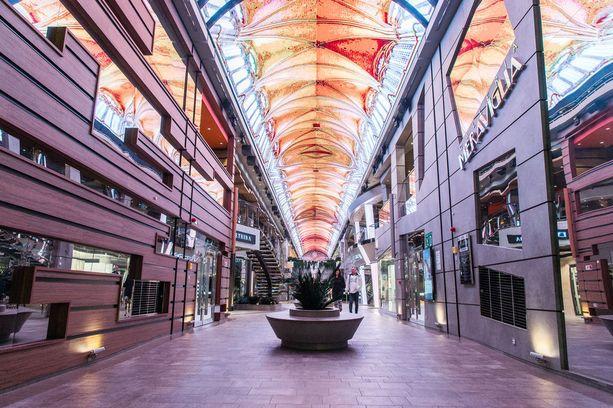 Aulan katto on peitetty LED-valoilla: kuvat vaihtuvat päivän mittaan. Illalla siihen voi heijastaa vaikkapa ilotulituksia.