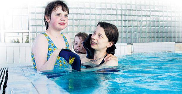 Anttila-Taposen perheen yhteinen harrastus on jokaviikkoinen uimareissu, joka toimii myös Allin terapiana. Allin lisäksi altaassa ovat tällä kertaa myös pikkusisko Taru sekä äiti Ulla.