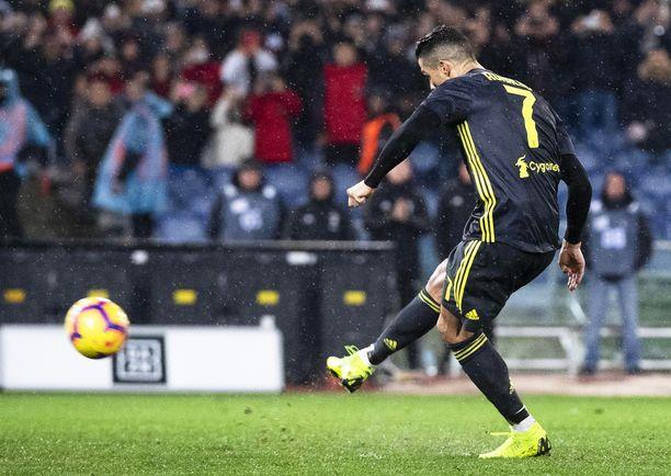 Cristiano Ronaldo kaatoi Lazion rankkarimaalilla.