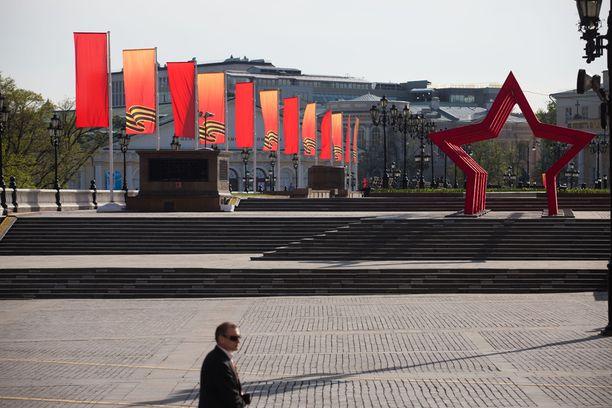 Neuvostoliiton värit ja tunnukset ovat näkyvästi esillä.
