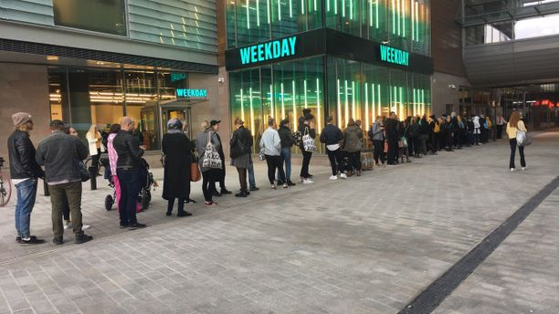 Ihmiset jonottivat uuteen kauppakeskukseen.