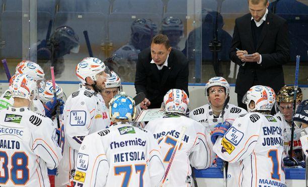 Jussi Tapola saattoi jakaa viimeistä kertaa ohjeita Tappara-pelaajille JYP-ottelussa.