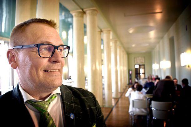 """Perustuslakivaliokunnan jäsen Matti Torvinen (sin) moittii perustuslakivaliokuntaa """"strutsiksi, joka pistää päänsä pensaaseen""""."""