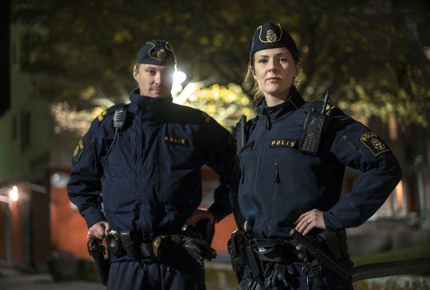 Kalle Johansson ja Emelie Tjäder näkevät työssään, miten rikollisverkostot toimivat erityisen aktiivisesti poliisin ongelmallisiksi luokittelemilla alueilla, koska niissä on hyvä nuorista koostuva rekrytointipohja.