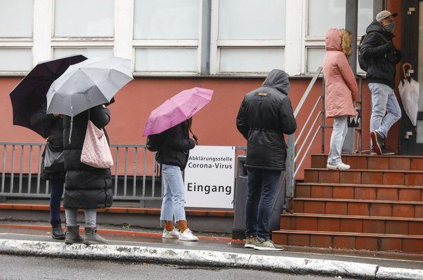 Ihmiset jonottivat koronavirustestiin Berliinissä maaliskuun alkupuolella.