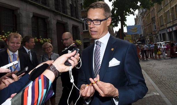 Stubb lupasi antaa Iltalehden välittämän futisrannekkeen liittokansleri Merkelille.