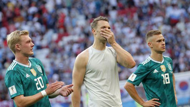 Mestari jäi lohkojumboksi. Maalivahti Manuel Neuer (keskellä) ei voi uskoa tapahtunutta.