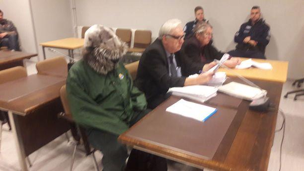 Syytetty saapui oikeuteen jälleen kasvonsa karvahattuun peittäneenä.