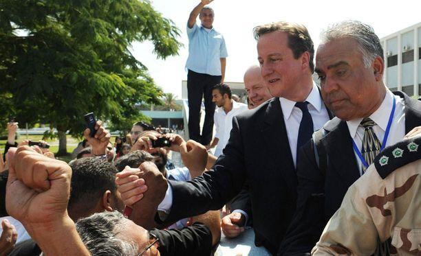 David Cameron kättelee libyalaisia.