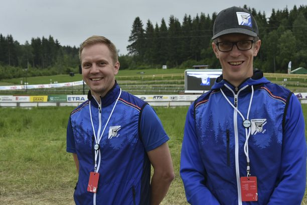 Petteri Laitisen (vas.) ja Jarkko Liuhan työ on tehty. Suunnistajat pääsevät testaamaan Jukolan radan.