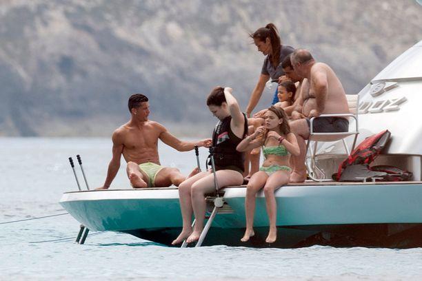 Vihreähousuinen isäntä otti veneellä rennosti.