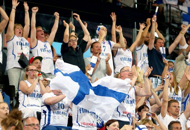 Suomalaiset koripallofanit juhlivat Ranskassa järjestetyissä koripallon EM-kilpailussa syyskuussa 2015.