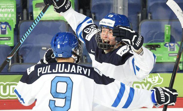 Yhtä juhlaa! Kuvassa tuulettavat Jesse Puljujärvi ja Patrik Laine muodostivat yhdessä Sebastian Ahon kanssa alle 20-vuotiaiden MM-kisojen superketjun.