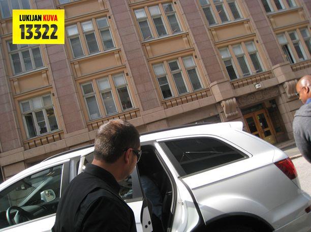 Rihanna astui häntä Hotelli Havenin edessä odottaneeseen autoon keskiviikkona kello 13.24. Rihannan farkkutakki näkyy auton takapenkiltä. Kuvassa vasemmalla autonkuljettaja, oikealla turvamies.