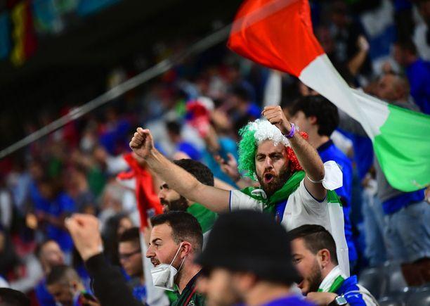 Italian fanien pitäisi mennä Britanniaan istumaan koronakaranteenia, jotta he ehtisivät edes mahdolliseen EM-finaaliin.