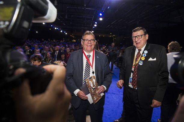Timo Soini johti perussuomalaisia vuodesta 1997. Raimo Vistbacka toimi perussuomalaisten ensimmäisenä puheenjohtajana vuosina 1995-1997.