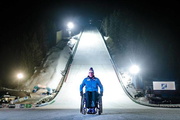 Lukas Müller joutui pyörätuoliin traagisen mäkihyppyonnettomuuden seurauksena. Nyt hän on noussut jaloilleen.