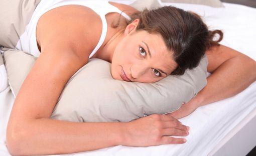 Jos niskaa jumittaa, syy voi olla nukkuma-asennossasi.