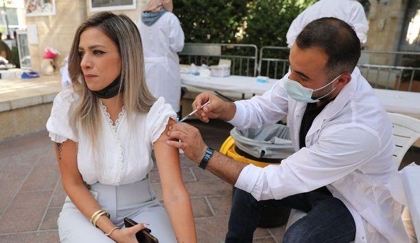 Israelissa on aloitettu jo kolmas rokotuskierros, koska aikaisempien rokotusten tarjoama suoja on heikentynyt. Kuva on otettu eilen Jerusalemissa.