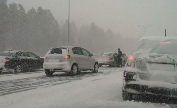 Kymmenet autot kolaroivat Oulussa keskiviikkona.