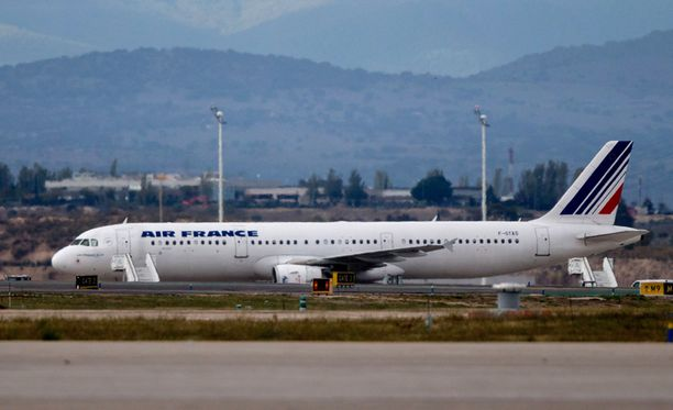 Kuvan Air France -koneen matkustajan epäiltiin saaneen ebolatartunnan.