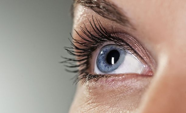 Silmiin kannattaa tiputtaa keinokyyneleitä tarpeeksi usein, jos kuivasilmäisyys vaivaa.