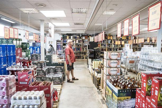 Virolaisten alkoholin tuonti Latviasta on lisääntynyt. Kuva Alko 1000-kaupasta Valkan kaupungista.