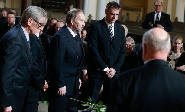 Risto Hannula (vas.), Kimmo Leinonen ja Raimo Helminen kunnioittivat vainajan muistoa.
