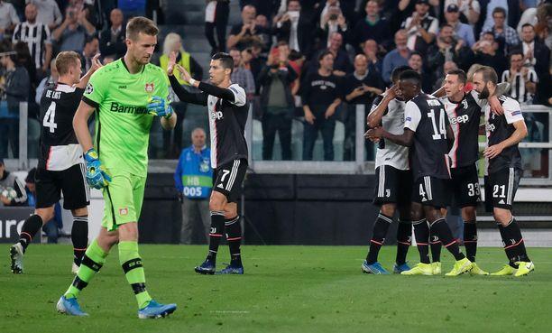 Juventus kukisti Lukas Hradeckyn Leverkusenin 3–0 Gonzalo Higuainin, Federico Bernardeschin ja Cristiano Ronaldon maaleilla.