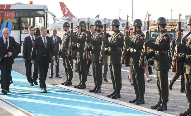 Presidentti Niinistö tarkasti kunniakomppanian Istanbulin lentokentällä saapuessaan viralliselle vierailulle Turkkiin 12. lokakuuta 2015.