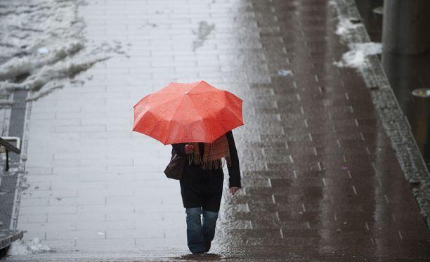 Sateenvarjolle on sunnuntaina käyttöä.