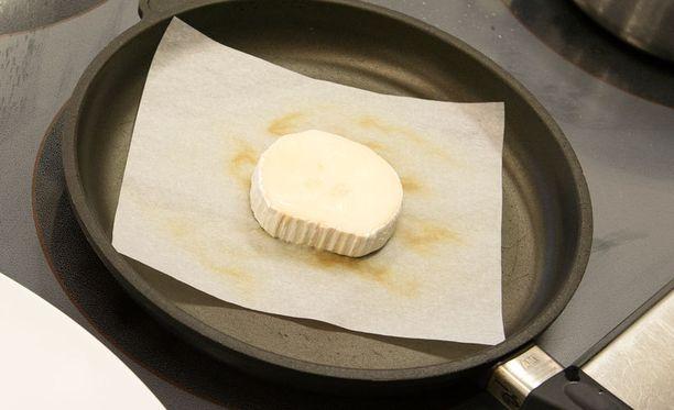 Vuohenjuusto paistuu näppärästä leivinpaperin päälläkin - ja ilman tiskiä.