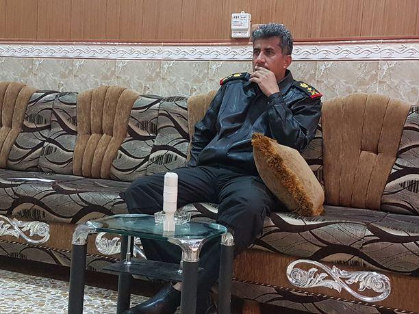 Terrorismin vastaisen erikoisjoukon komentaja, kenraaliluutnantti al-Saidi on järkyttynyt Isisin käyttämistä lennokkipommeista. Lennokkipommi on valkoinen esine kuvassa etualalla.