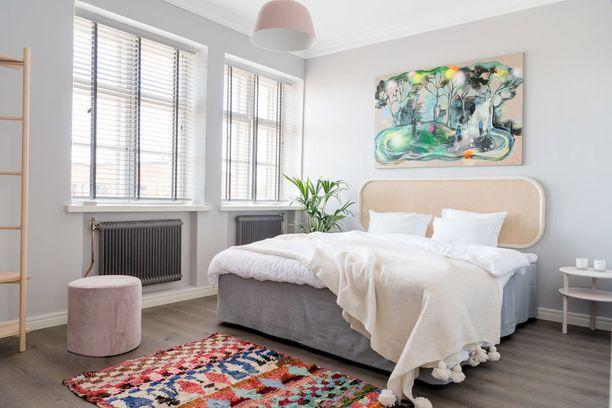 Kuvittele tämä makuuhuone ilman väriä pirskahtelevaa mattoa. Matto tekee yhdessä värikkään taulun kanssa huoneesta kokonaisen.