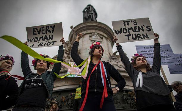 Pariisilaisia naisia naistenpäivänä pidetyssä mielenosoituksessa.
