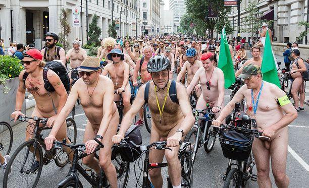 World Naked Bike Ride -tapahtumaan saa osallistua haluamassaan asussa. Esimerkiksi hatut ja tuunatut kypärät ovat suosittuja.