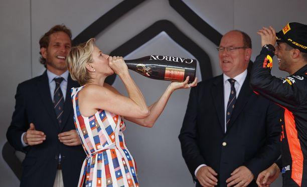 Charlene kieltäytyi ensin vaivihkaa samppanjasta, mutta tarttui sitten ja joi suoraan pullon suusta.