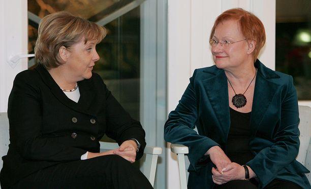 Angela Merkel tiedusteli aikoinaan presidentti Tarja Haloselta vinkkejä, miten naisena voi menestyä kansainvälisen politiikan maailmassa. Kuva on otettu Merkelin ja Halosen tapaamisesta Helsingistä vuodelta 2006.