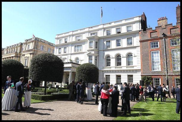 Clarence House sijaitsee lähellä Buckinghamin palatsia.