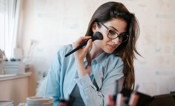 Myös meikkisiveltimet kannattaa pestä riittävän usein, jotta kosmetiikkaan ei kulkeudu mikrobeja niiden kautta.