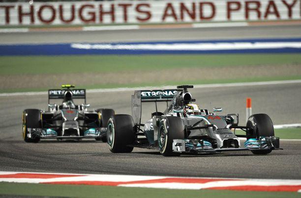 Dominointia F1-maailman tyyliin: Mercedes oli kauden 2014 Bahrainin GP:ssä ylivoimainen.