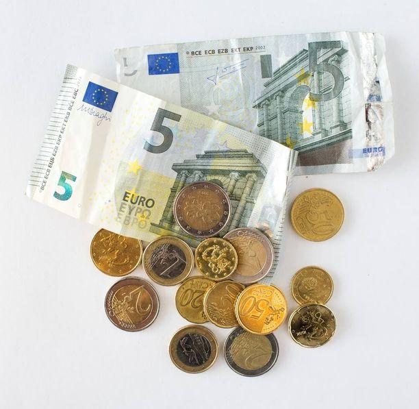 Toimeentulotukea saavan ihmisen ei kannata ottaa vaikkapa syntypäivälahjaksi tarkoitettua rahalahjaa tililleen.