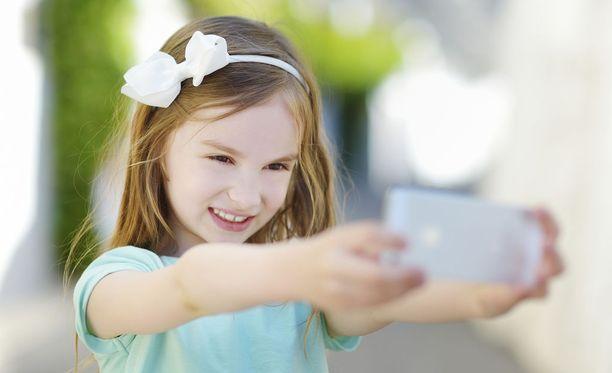 Yhä usemapi vanhempi hankkisi ekaluokkalaiselle oman älypuhelimen.