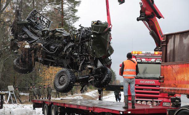 Ajoneuvo murskaantui onnettomuudessa. Varusmiehet olivat harjoitelleet yli yön.